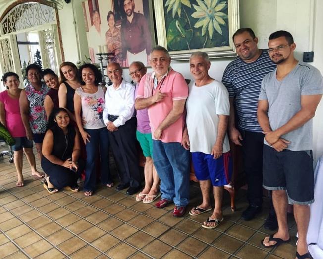 No varandão de sua morada Zeca Nascimento feliz com arcebispo emérito de Manaus, Dom Luiz Soares Vieira e seus fiéis colaboradores do dia a dia após benção natalina