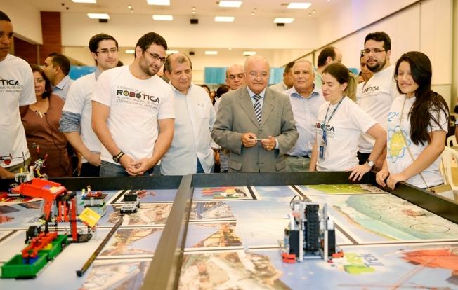O governador José Melo, o secretário do Planejamento Thomaz Nogueira conferem o Torneio de Robótica durante a abertura da 12ª Semana Nacional de Ciência e Tecnologia no Amazonas (Valdo Leão-Secom)