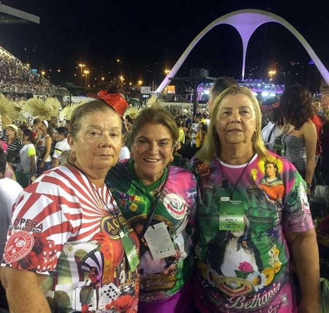 Na Marquês de Sapucaí, Rosina Marques e Nazaré Limongi Abrahim emolduram a elétrica Mazé Mourão, após a passagem arrebatadora da Estação Primeira da Mangueira