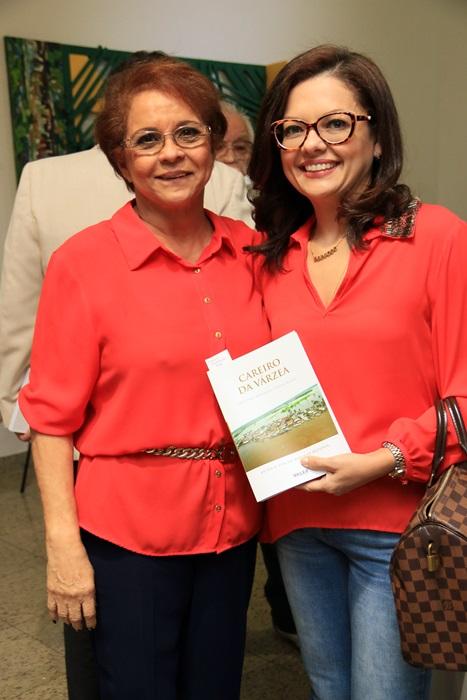 Graça Marinho Bezerra e Lenubia Aziz prestigiando lançamento do livro 'Careiro da Várzea'